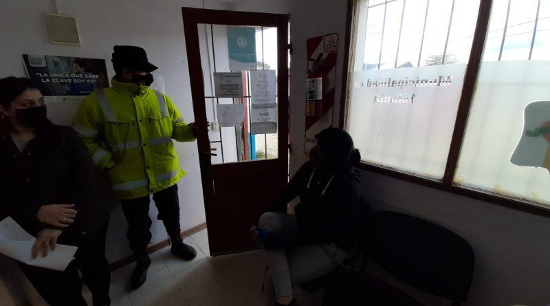 TOLHUIN: Afiliada a la OSEF se encadenó, ante la falta de respuestas por una derivación