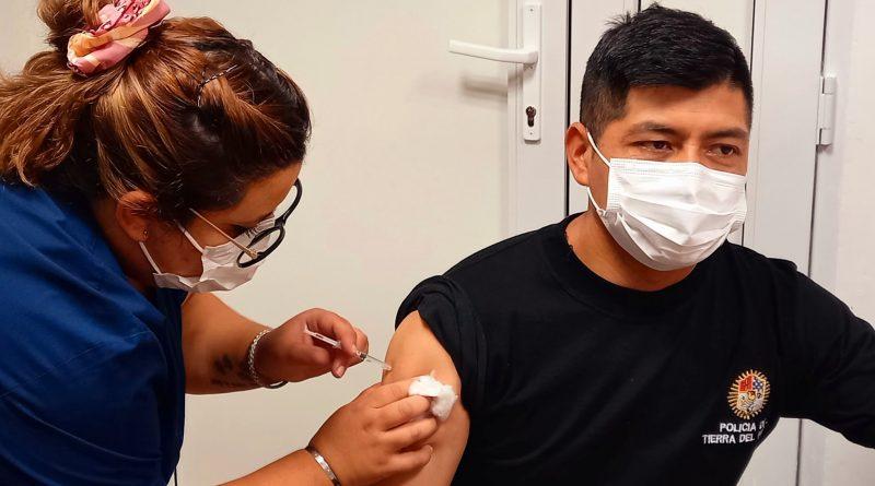 TOLHUIN: El Centro Asistencial continúa con la vacunación al personal de las fuerzas de seguridad y docentes